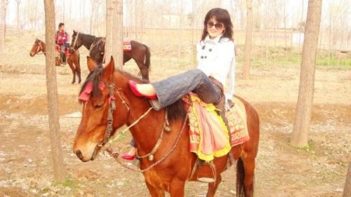 美女强迫马儿舔脚 经典mm骑马图片发布小美女骑马