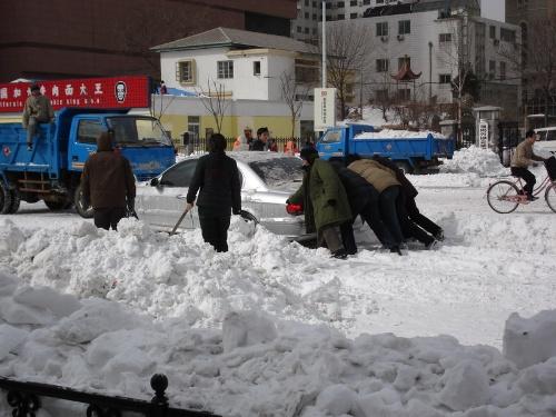 专门帮人推车的人.ms是政府雇 在中山广场扫雪滴人   天平的晚钟  图片