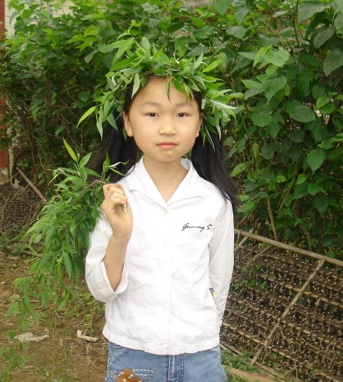 女儿还做了个柳树叶花环