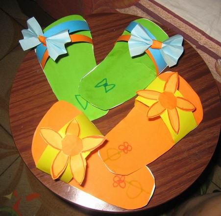 """手工制作的""""纸拖鞋"""""""